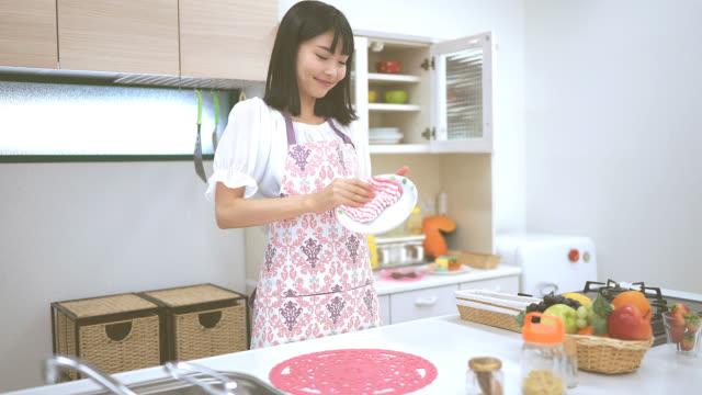 ev işi mutfak genç karısı at - ev temizleme stok videoları ve detay görüntü çekimi