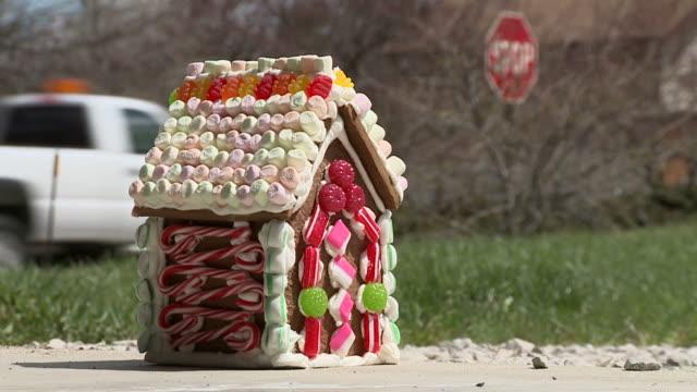 housing unfall 2 - lebkuchenhaus stock-videos und b-roll-filmmaterial