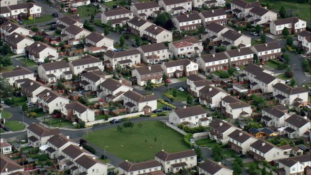 obudowa posiadłości-widok z lotu ptaka-filmowanie z helikoptera, film z lotu ptaka, cineflex, ujecie całej sceny, irlandia - osiedle mieszkaniowe filmów i materiałów b-roll