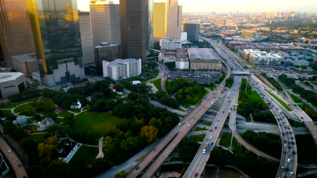 stockvideo's en b-roll-footage met houston texas lange pan tot aan de binnenstad sunrise skyline stadsgezicht - texas