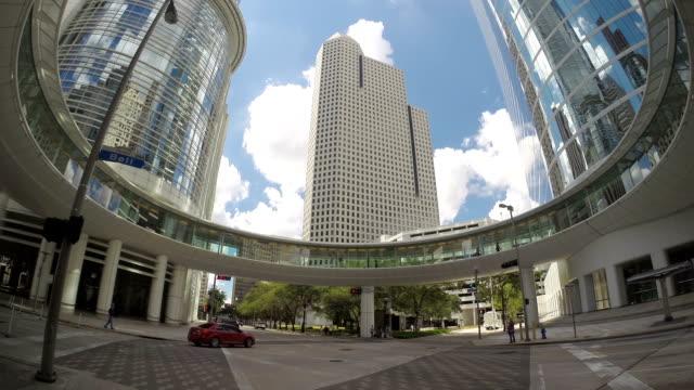 vídeos de stock e filmes b-roll de houston texas skywalk circular a enron centro de edifícios de chaveirão - circular economy