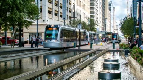 houston tx centro centro città, strada principale scena con la metro - centro della città video stock e b–roll