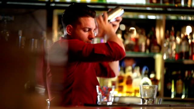 칵테일 제작 방법 - bartender 스톡 비디오 및 b-롤 화면