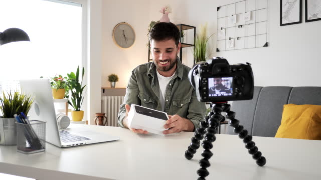 stockvideo's en b-roll-footage met hoe word je tech influencer - man unboxing de nieuwste smartphone voor zijn vlog - youtube