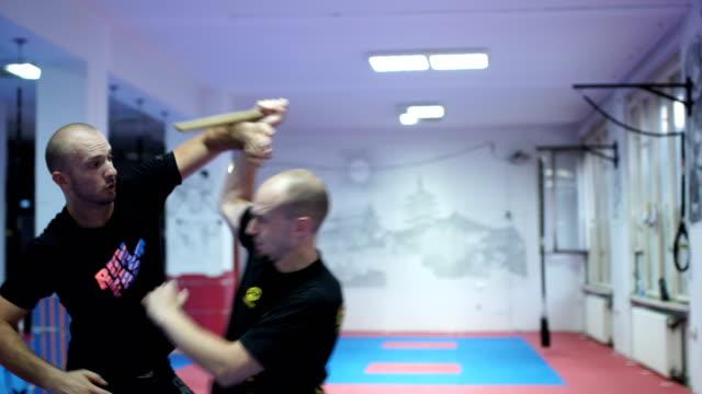 vídeos de stock, filmes e b-roll de como se defender do agressor com uma faca - autodefesa