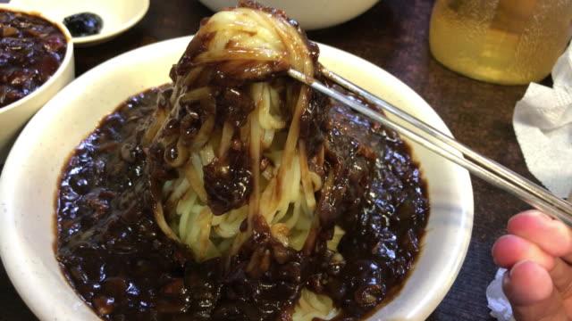 how to eat jajangmyeon , seoul , south korea. - cultura coreana video stock e b–roll