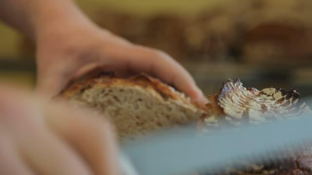 vídeos de stock e filmes b-roll de how to made a bread 17 - baking bread at home