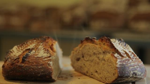 vídeos de stock e filmes b-roll de how to made a bread 18 - baking bread at home