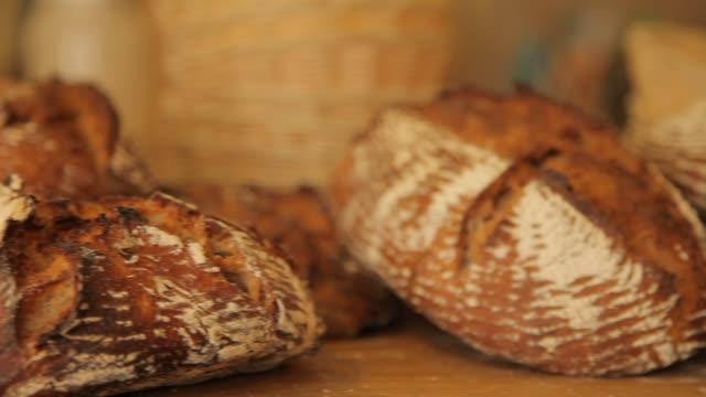 vídeos de stock e filmes b-roll de how to made a bread 33 - baking bread at home