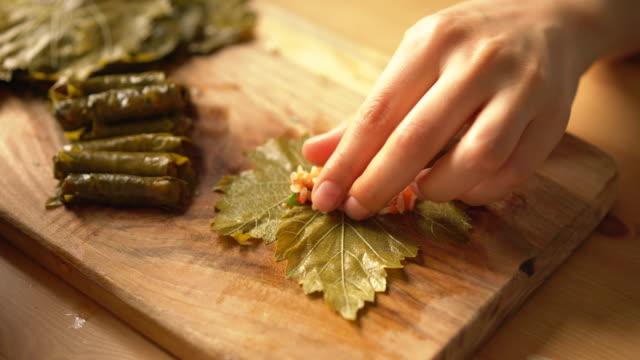 vídeos de stock, filmes e b-roll de como fazer prato tradicional turco caseiro folhas de uva recheadas com azeite - recheio folhas de uva - vegetarian meal