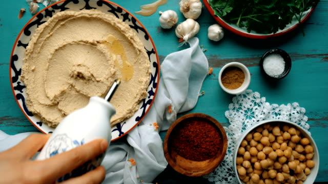humus nasıl yapılır? (havai shot) - humus gıda kaplama - vejeteryan yemekleri stok videoları ve detay görüntü çekimi