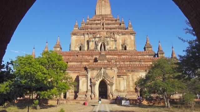 Htilominlo Pagoda in Bagan, Myanmar Htilominlo Pagoda (Paya) in Bagan, Myanmar (Burma), tilt view, 4k bagan stock videos & royalty-free footage