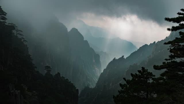 çin timelapse huangshan sarı dağlar - unesco stok videoları ve detay görüntü çekimi