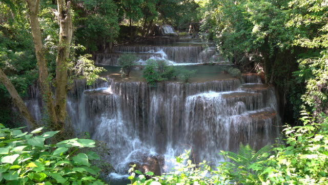 vídeos de stock, filmes e b-roll de a cachoeira de huay maekamin é cachoeira bonita na floresta tropical, província de kanchanaburi, tailândia. - esmeralda