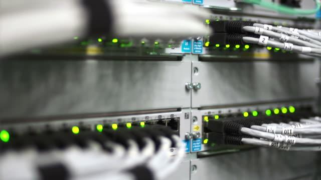 hub kabel netzwerk nahaufnahme (schwenken - netzwerkserver stock-videos und b-roll-filmmaterial