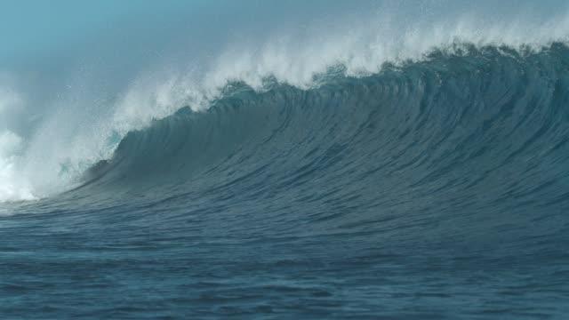 vídeos y material grabado en eventos de stock de lenta: sobretensiones de onda de gran barril que viene desde el océano hacia la playa. - marea