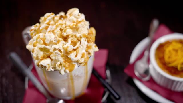 Cocktail avec garniture de maïs et d'un dessert énorme caramel - Vidéo