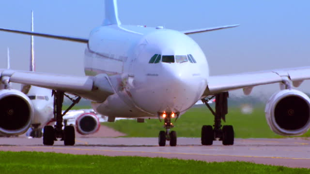 riesige flugzeug vorbereiten zum abheben. - asphalt stock-videos und b-roll-filmmaterial
