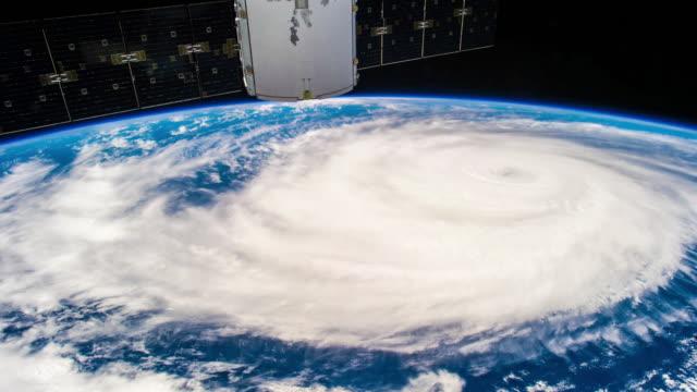 vídeos de stock, filmes e b-roll de grande furacão real visto do espaço 4k timelapse - meteorologia