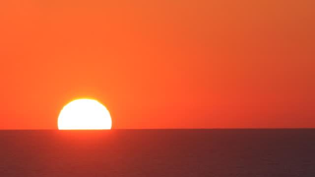 huge sun: the perfect sunrise - horisont bildbanksvideor och videomaterial från bakom kulisserna