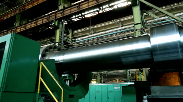 riesige turbine auf der fabrik - elektrischer generator stock-videos und b-roll-filmmaterial