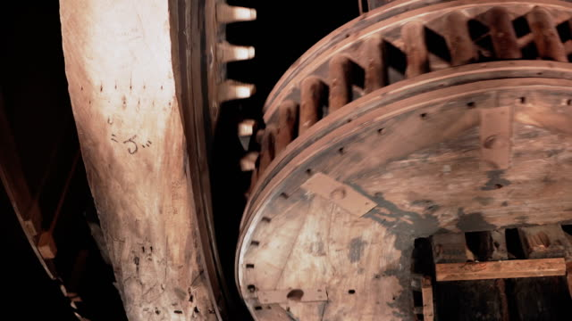 vídeos y material grabado en eventos de stock de ruedas dentadas de madera enorme de 4 k spin a primer plano. interiores del mecanismo tradicional molino de viento. antiguos relojes de rotación rápida - estilo de vida rural