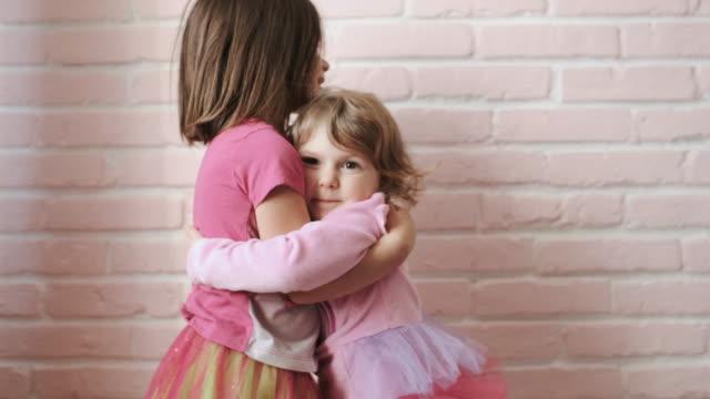 姉妹の抱擁。肖像 画。クローズ アップ。 - 兄弟姉妹点の映像素材/bロール