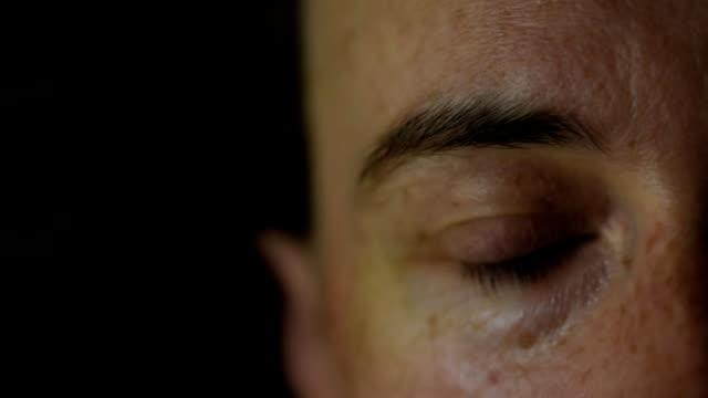 stockvideo's en b-roll-footage met menselijk oog knippert - ooglid