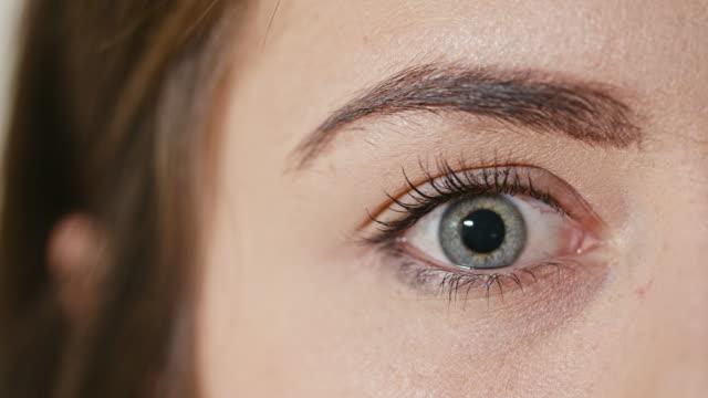 menschliche auge mit der verengung der pupille - wachsamkeit stock-videos und b-roll-filmmaterial