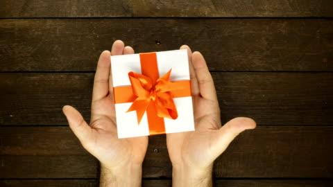 vidéos et rushes de main de l'homme et de cadeau avec animation en stop motion - cadeau