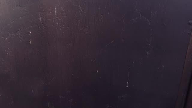 vídeos de stock e filmes b-roll de human hand knocking on the metal door - door knock