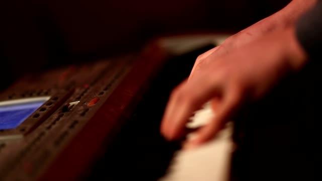 人間の手のパーティーで演奏ピアノ。 - ミュージシャン点の映像素材/bロール