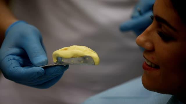 vídeos y material grabado en eventos de stock de molde de mandíbula humana - ortodoncista