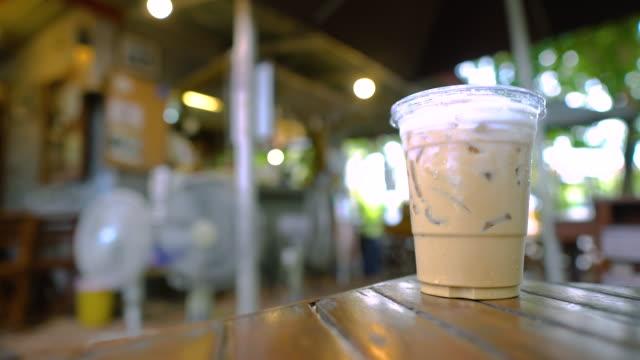 mänsklig blanda en kaffe i kopp på träbord i kaféet. - iskaffe bildbanksvideor och videomaterial från bakom kulisserna