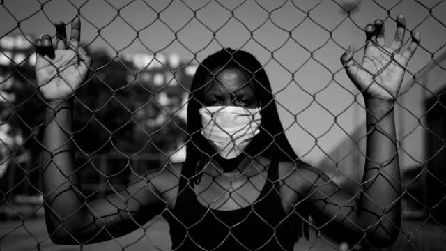 begrepp för mänskliga rättigheter- afrikansk etnicitetkvinna med mask - etnicitet bildbanksvideor och videomaterial från bakom kulisserna