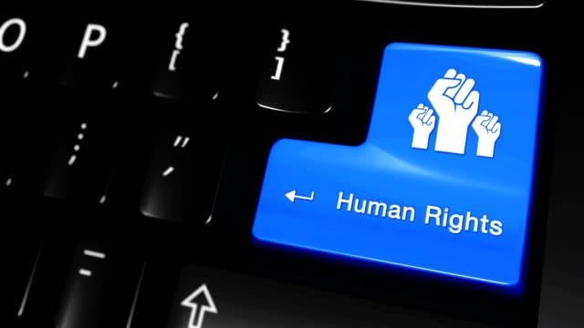 vídeos de stock, filmes e b-roll de movimento movente dos direitos humanos na tecla do teclado de computador. - assistente jurídico