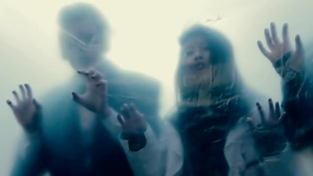 vídeos de stock e filmes b-roll de silhuetas homem por trás de película transparente, isolado pessoas infectadas, perdidos almas - apocalipse