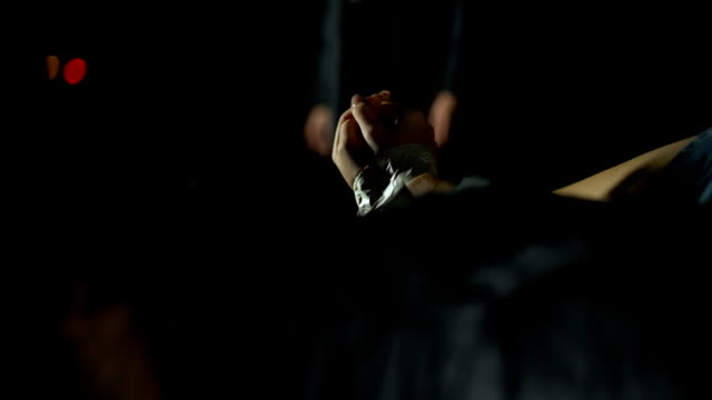 vídeos y material grabado en eventos de stock de penal la trata de personas, humano recibiendo dinero para niña secuestrada en el baúl del auto - human trafficking