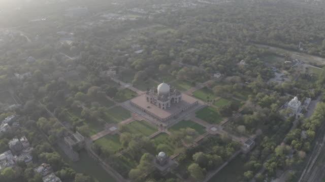 vídeos de stock, filmes e b-roll de tumba de humayun, nova deli - antena 4k raw - nova delhi