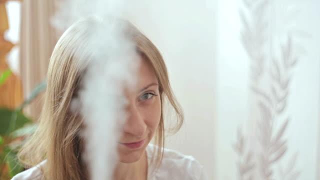 加湿器と女性 - 加湿器点の映像素材/bロール