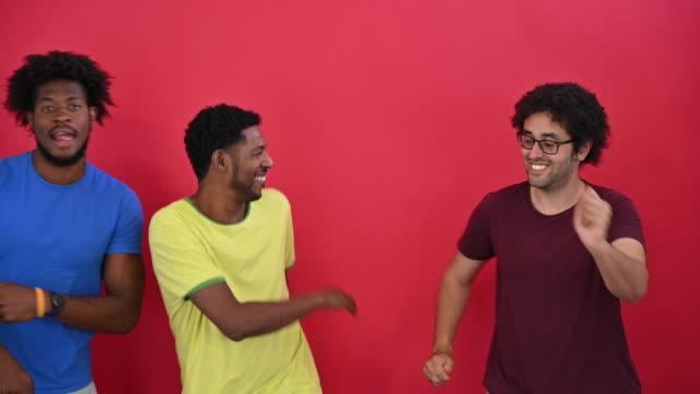 vídeos de stock e filmes b-roll de humorous portrait of black men and impromptu dance moves - cabelo preto