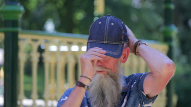 mizahi komuta sizde - kep şapka stok videoları ve detay görüntü çekimi