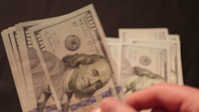 hundert-dollar-scheine betrachten - inflation stock-videos und b-roll-filmmaterial