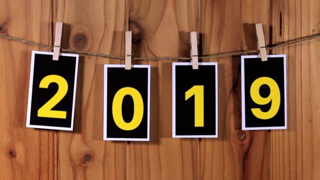 文字列でハング 2019 - 木目点の映像素材/bロール