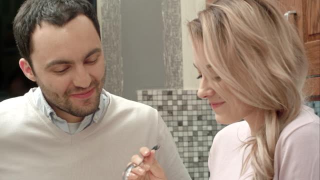 vidéos et rushes de couple affamé aller au frigo à grignoter quelques gâteau pendant la nuit - fourchette