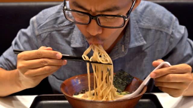 Hunger Mann Essen Ramen, japanischer Nudel – Video