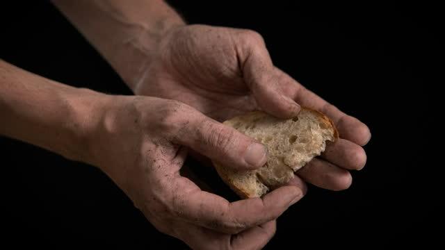 голодный человек с хлебом. - голодный стоковые видео и кадры b-roll