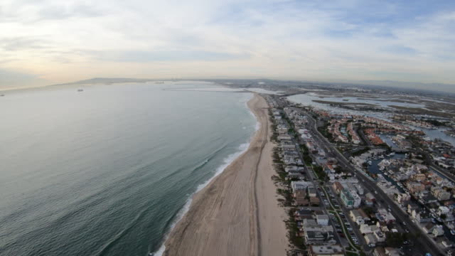 vista aerea di huntington beach california che vola sopra la costa - california video stock e b–roll
