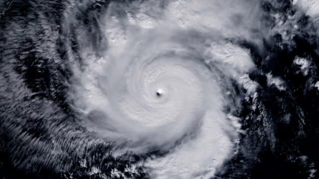 颶風暴雨龍捲風在地面以上,來自太空的衛星視圖。縮放 - golden ratio 個影片檔及 b 捲影像