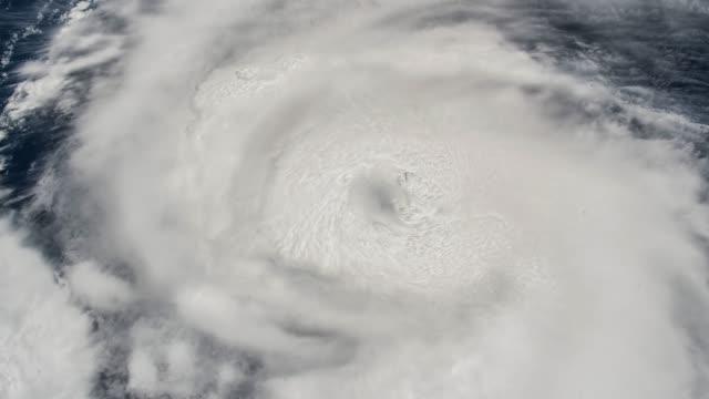 颶風龍捲風,衛星視圖。這個視訊的元素由美國宇航局提供 - golden ratio 個影片檔及 b 捲影像